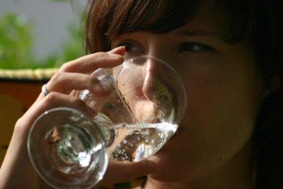 Viel Wasser trinken - das hilft bei einem Haar im Hals.