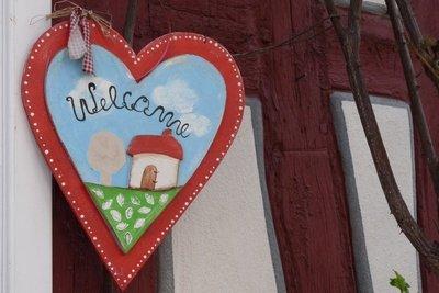 Eine geschmückte Haustür ist ein liebevoller Willkommensgruß für Baby und Eltern.