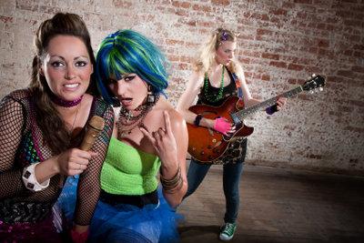 Netzstoberteile passen zum weiblichen Rockstar-Outfit.