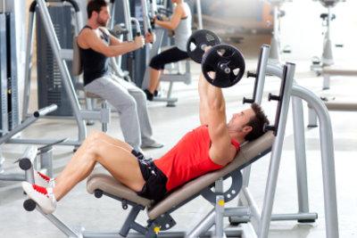 Um Muskeln aufzubauen, müssen Sie oft ins Fitnessstudio gehen.
