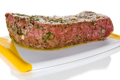 Steaks können Sie zum Beispiel mit einer Kräutermarinade würzen.