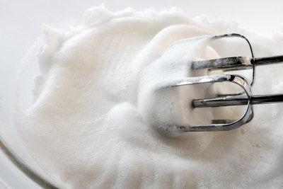 Für gebackenes Eis benötigen Sie steifen Eischnee.