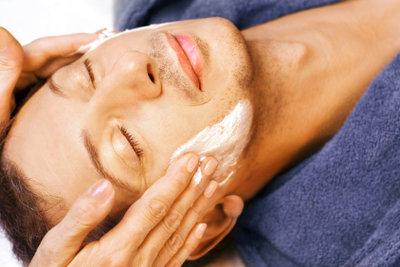 Lassen Sie Mitesser von der Kosmetikerin entfernen.
