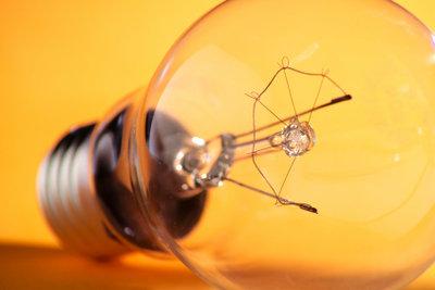 Die gute alte Glühbirne wird durch Energiesparlampen ersetzt.