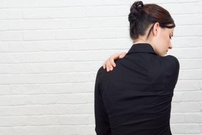 Ein verspannter Nacken kann viele Ursachen haben.