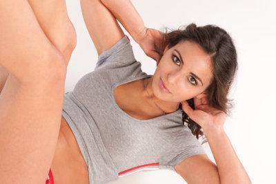 Sit-ups sind effektiv, um Bauchmuskeln zu trainieren.