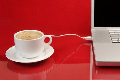 Mithilfe von Hotspots können Sie im Café im Internet surfen.