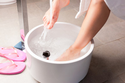 Gegen schwitzige Füße hilft richtiges Schuhwerk und regelmäßige Pflege.