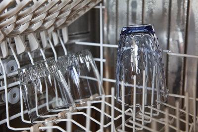 Reinigen Sie regelmäßig den Wasseranschluss Ihrer Spülmaschine.