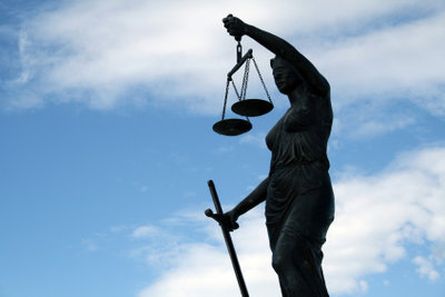 Mithilfe eines Beratungsscheins finden auch finanziell Schwache Rechtsrat.