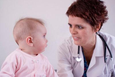 Bei Stillproblemen kann der Kinderarzt helfen.
