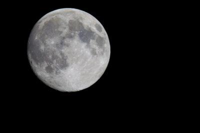 In welche Richtung bewegt sich der Mond tatsächlich?
