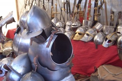 Krieger tragen schwere Rüstungen.