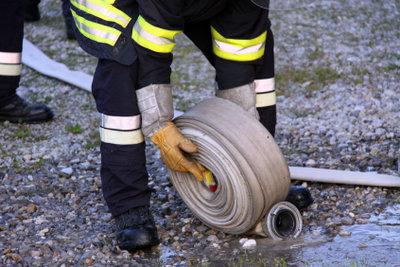 Bei großen Wasserschäden hilft nur Abpumpen notfalls mithilfe der Feuerwehr.