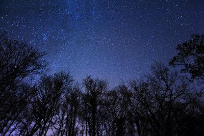 Durch die Erdrotation zieht der Nachthimmel vorbei.