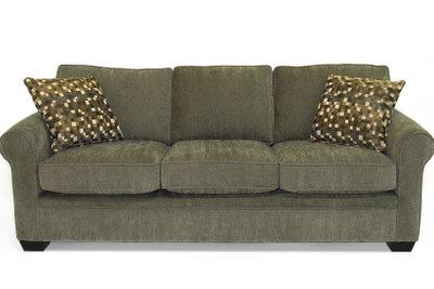 Die passenden Möbel zur grauen Wandfarbe wählen.