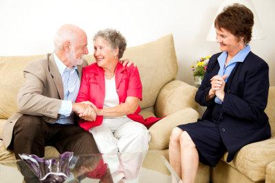 Selbstständige Versicherungsfachleute werden auch in heimische Wohnzimmer eingeladen.