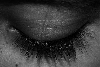 Lange und volle Wimpern lassen das Gesicht erstrahlen.