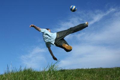 Beim Sport kommt es leicht zu Zerrungen.