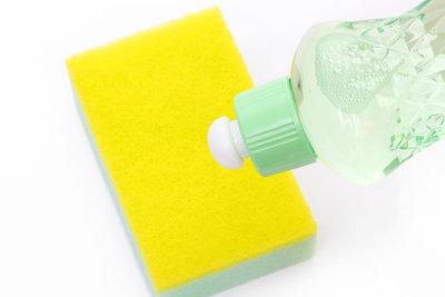 Pflegen Sie Ihre Mineralgussspüle mit den richtigen Reinigungsmitteln.