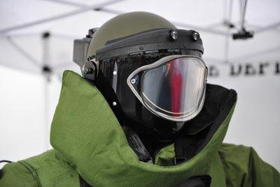 Der Anzug eines Bombenentschärfers wiegt bis zu 50 Kilo.