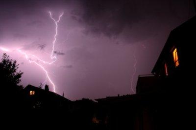 Ein Blitz ist schädlich für Elektrogeräte.