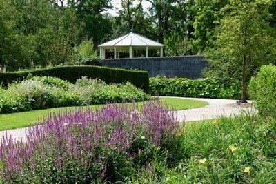 Bauen Sie das Dach für einen Gartenpavillon.