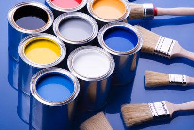 Streichen Sie Ihre rote Wand mit weißer Farbe.
