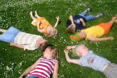 Kinder lieben Spiele für draußen.