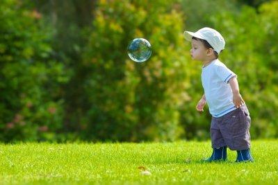 So stellen Sie eine Lösung für stabile Seifenblasen her.
