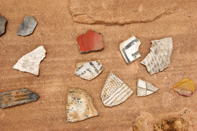 Für Feldarchäologen gehören auch einfache Scherben zu den Schätzen.