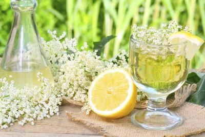 Holunderblüten können Sie für Sirup, Saft und Sekt verwenden.