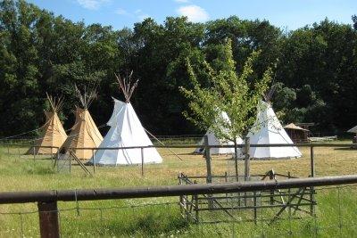 Nachbauten der traditionellen Indianer-Tipis
