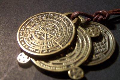 Ein Amulett schützt den Träger der Sage nach vor drohendem Unheil.
