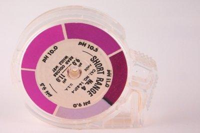 Gelöste Hydroxide färben Lackmuspapier um.
