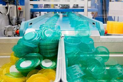Produktion von Plastikgeschirr