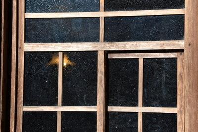 Holzfenster sollten gepflegt werden, damit sie lange schön aussehen.