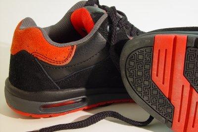 Schuhsohlen sind schwer zu färben.
