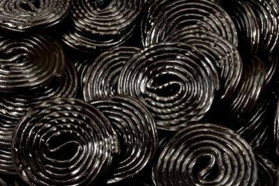 Ein Teil des Süßholzes ist auch wichtigster Bestandteil der beliebten Lakritze.