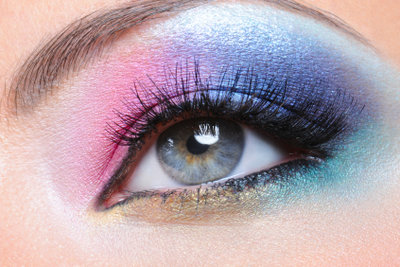 So einfach betonen Sie braun-grüne Augen.
