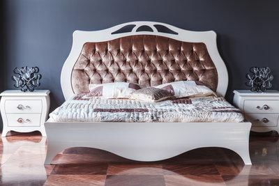 Im großen King Size Bett ist mehr Platz, als im Queen Size Bett.