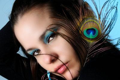 Schminken Sie bei einem Pfauen-Kostüm Ihre Augen auffällig.
