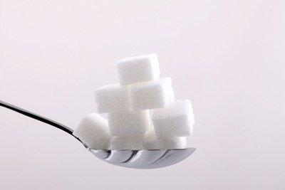 Gestapelt passt natürlich mehr Zucker auf den Löffel.