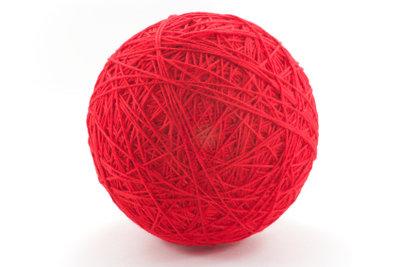 Rote Wolle zum Häkeln einer Erdbeermütze