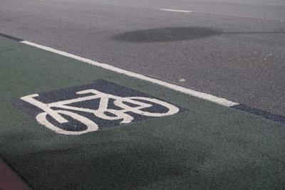Ein Fahrrad mit Benzinmotor muss auch auf Radwegen fahren.