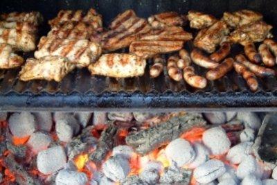Lebensmittel mit wenig Kalorien grillen.