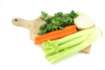 Gemüse mit einem Dampfgarer schonend zubereiten.