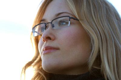 Einen Sehtest für die Bestimmung der Brillenstärke können Optiker und Augenarzt vornehmen.
