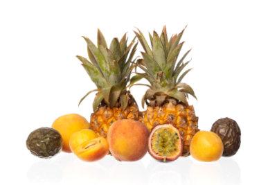 Nehmen Sie frische Früchte für die Malibu-Bowle.