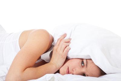 Keine richtige Tiefschlafphase zu erleben, kann zu großer Erschöpfung führen.